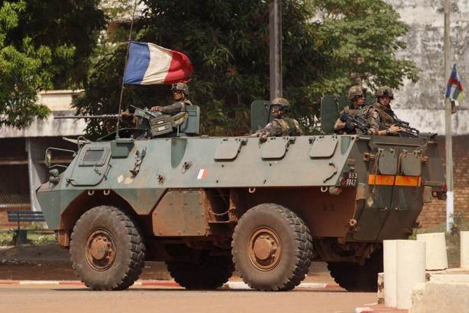 French soldiers patrol in their armoured personnel carrier (APC) during fighting in Bangui, Central African Republic, December 5, 2013. The French army deployed 250 troops to the capital of the Central African Republic, the Defence Ministry said on Thursday after clashes broke out between former rebels and militias. REUTERS/Emmanuel Braun (CENTRAL AFRICAN REPUBLIC - Tags: MILITARY CIVIL UNREST)