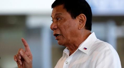 """President Rodrigo Duterte © Erik De Castro / Reuters  Az Egyesült Államok nem kezelheti a Fülöp-szigeteket, """"láncra vert kutyaként"""", mondta Rodrigo Duterte elnök, hozzátéve, hogy ő nem akar külföldi katonákat látni a hazájában.  Ezen legutóbbi heves nyilatkozatait ugyanúgy Washingtonnak címezte, mint ahogy az eddigi sistergő megjegyzéseit is."""