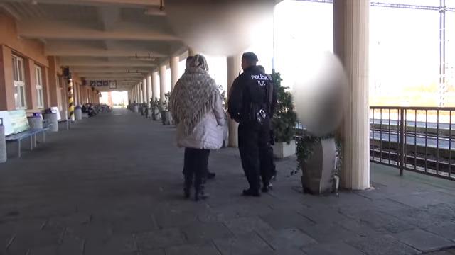 Rendőrséget hívtak a magyarul beszélőkre Révkomáromban. Hol az EU? (videóval)
