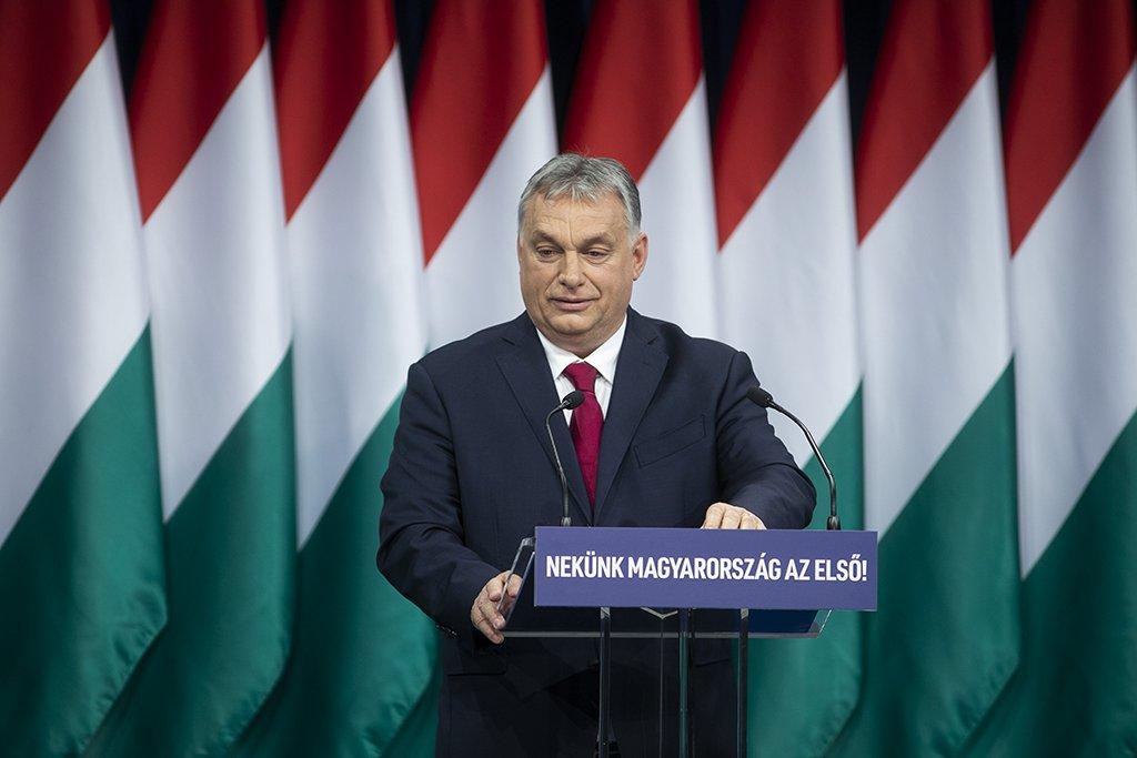 """Orbán Viktor évértékelője: nem ülünk fel semmiféle liberális népmesének – """"Szúrjunk, mint a méhecske"""" 📺"""