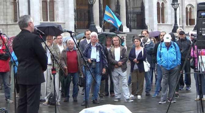 A 15 éve történt eseményekre emlékeztek a Kossuth tériek (videó) 📺